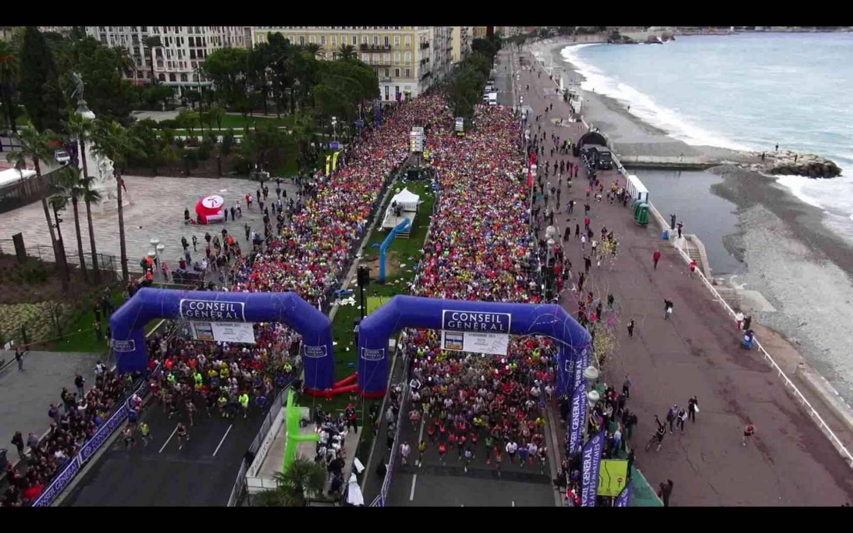 Le départ du marathon Nice-Cannes vu du ciel.