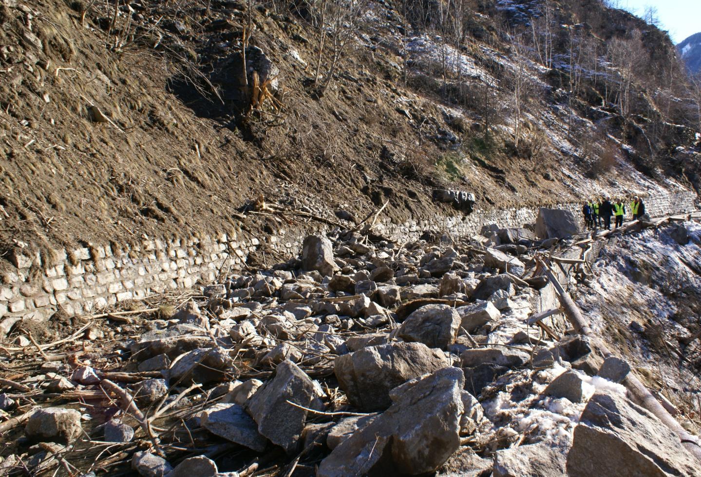 """Le village de la Tinée est """"coupé du monde"""" depuis ce dimanche matin après qu'un éboulement a bloqué la RM 2205, 2 kilomètres après Saint-Etienne-de-Tinée."""