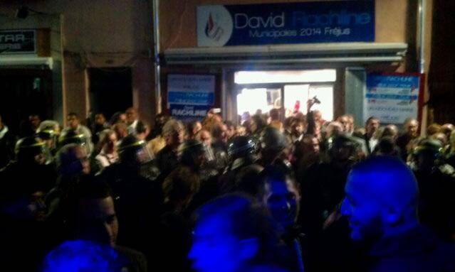 Ce dimanche soir devant la permanence du candidat David Rachline à Fréjus.