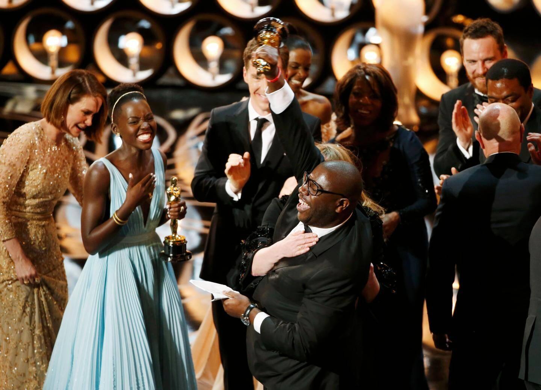 """Steve McQueen exulte à la cérémonie des Oscar. Son film """"12 Years a slave"""" obtient l'oscar du meilleur film."""