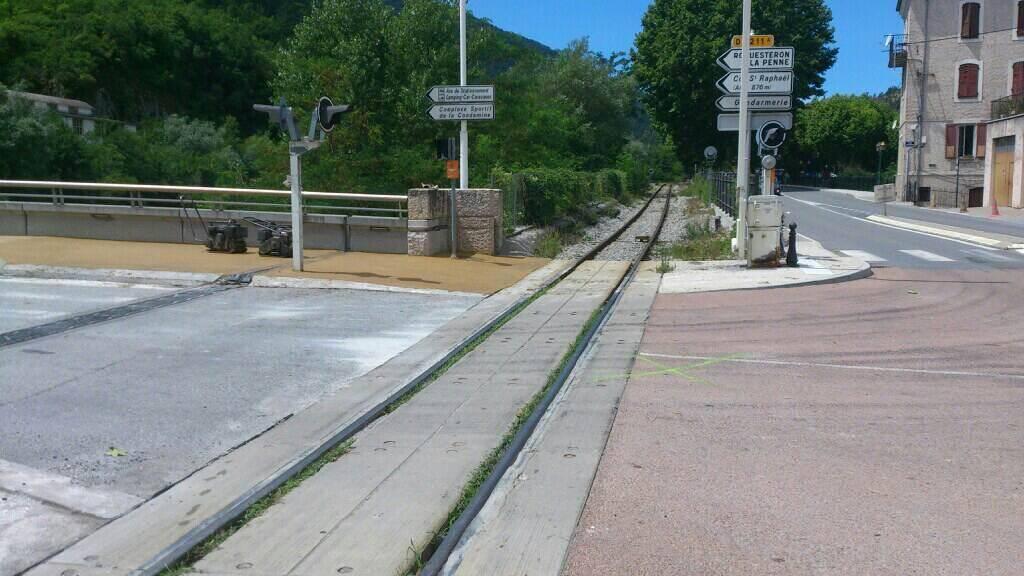 C'est sur ce passage à niveau que la joggeuse a été percutée par le train des Pignes.