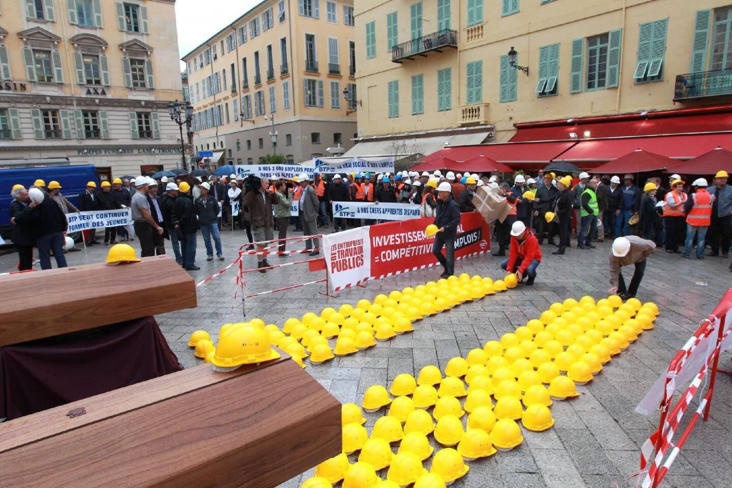 Dans un silence de plomb, salariés et patrons du BTP ont déposé leurs casques de chantier, au pied de cercueils, sur la place du Palais de justice à Nice.