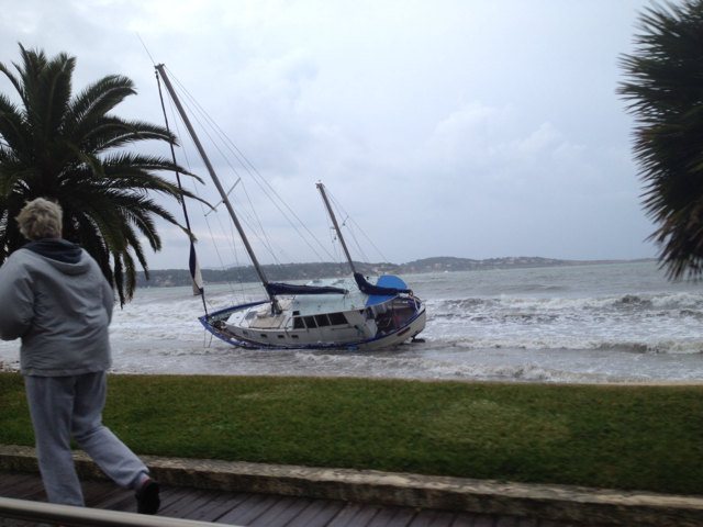 Un bateau échoué à Bandol dans le Var ce mercredi matin.