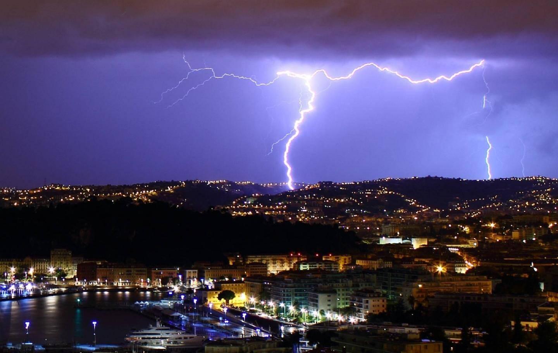 La foudre sur Nice avec, au premier plan, le port. « Je voulais à tout prix cette photo, j'y suis enfin parvenu le 4 novembre dernier ! »