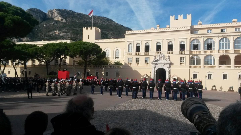Sous les yeux de la famille princière et des officiels remise des médailles exceptionnelles à la force publique par le ministre d'état.