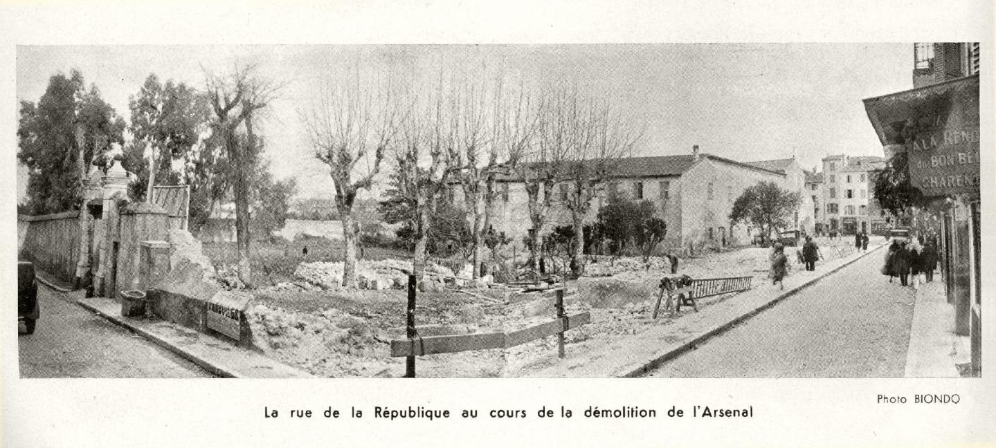 Ci-dessus : L'actuelle place des Martyrs-de-la-Résistance était autrefois occupée par le couvent et la chapelle des frères cordeliers de l'Observance. Ils commencèrent la construction des bâtiments à l'intérieur des remparts, sur cette zone de marécages, en 1552, et s'y établirent en 1582. La Révolution supprimant les ordres religieux, le couvent devint d'abord hôpital militaire puis un grand arsenal, cédé au service de l'artillerie en 1792 et remis à celui du Génie en 1909. Le 11 décembre 1930, les bâtiments - alors vétustes - deviennent propriété de la ville. Le maire Aimé Bourreau les fait raser en 1931 pour permettre l'élargissement de la rue de la République et donner un nouveau visage au quartier.(Collection privée René Pettiti)
