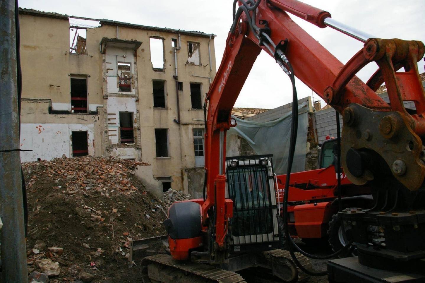Côté arrière, le chantier bat son plein à l'intérieur de l'édifice, désormais devenur coquille vide.
