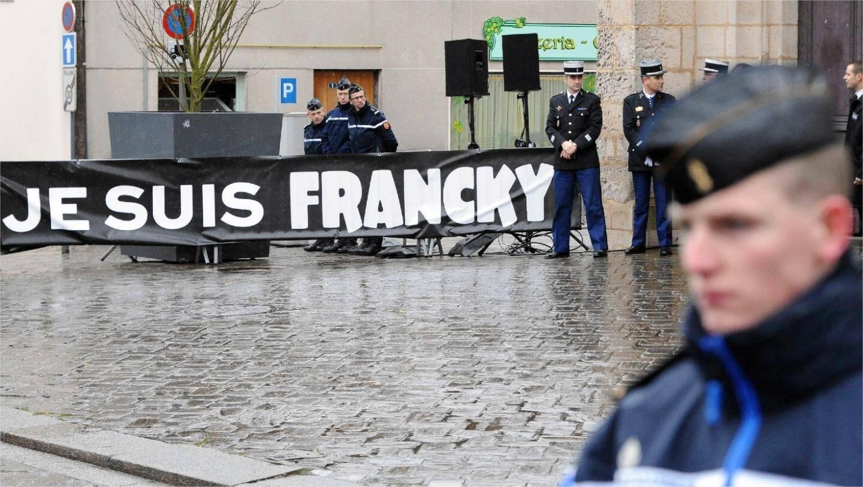 Recueillement à Bernay, le 15 janvier, lors des obsèques du policier Franck Brinsolaro.