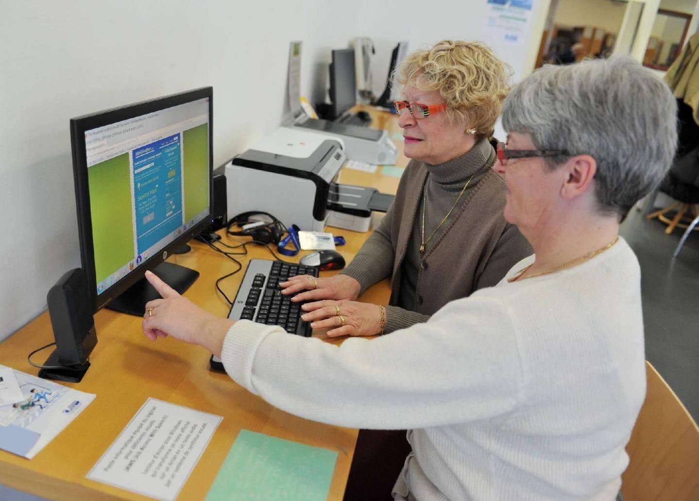 Les ordinateurs de la salle «Lecture pour tous» permettent de lire un texte et même de naviguer sur internet. Aides et conseils sont toujours à portée de main.