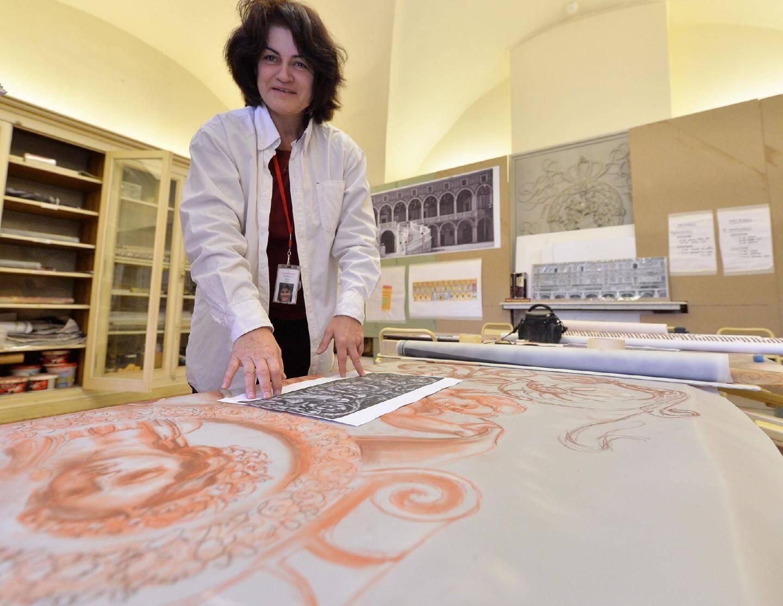Isabelle Rolet, peintre en décor du patrimoine, fresquiste et restauratrice, enseigne les techniques ancestrales à l'école d'Avignon, reconnue mondialement dans le domaine. Ici, pour créer les poncifs (calques), elle utilise une photo datant des années 1870, numérisée et agrandie à taille réelle.