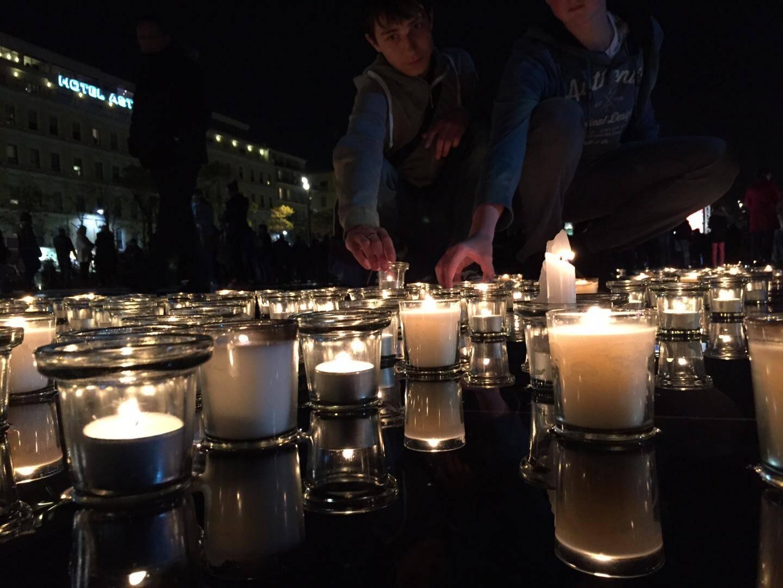 Plusieurs centaines de Niçois sont venus déposer symboliquement une bougie sur le miroir d'eau de la Coulée Verte.
