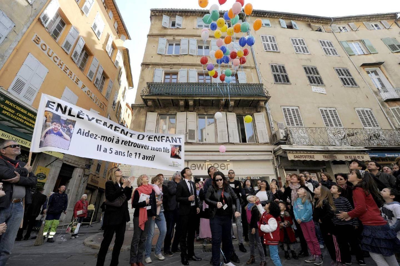 Ce samedi matin place aux Aires à Grasse, lâcher de ballons et distribution de bonbons ont fêté tristement les 5 ans de Mustapha, petit garçon enlevé à sa mère et emmené en Algérie par son père le 18 août dernier. Et qui depuis n'a plus donné de nouvelles.