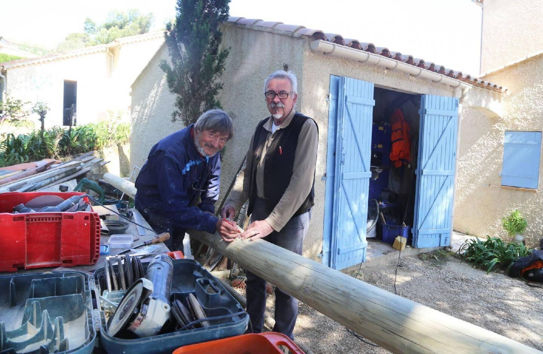 Jean-Pierre Pirault (à droite) et Patrice Resch, respectivement président et secrétaire de La Partègue, ont achevé récemment, dans un jardin, la restauration du mât duLiberté . Mais pour eux, faute de site de restauration, l'aventure de l'association va toucher à sa fin.