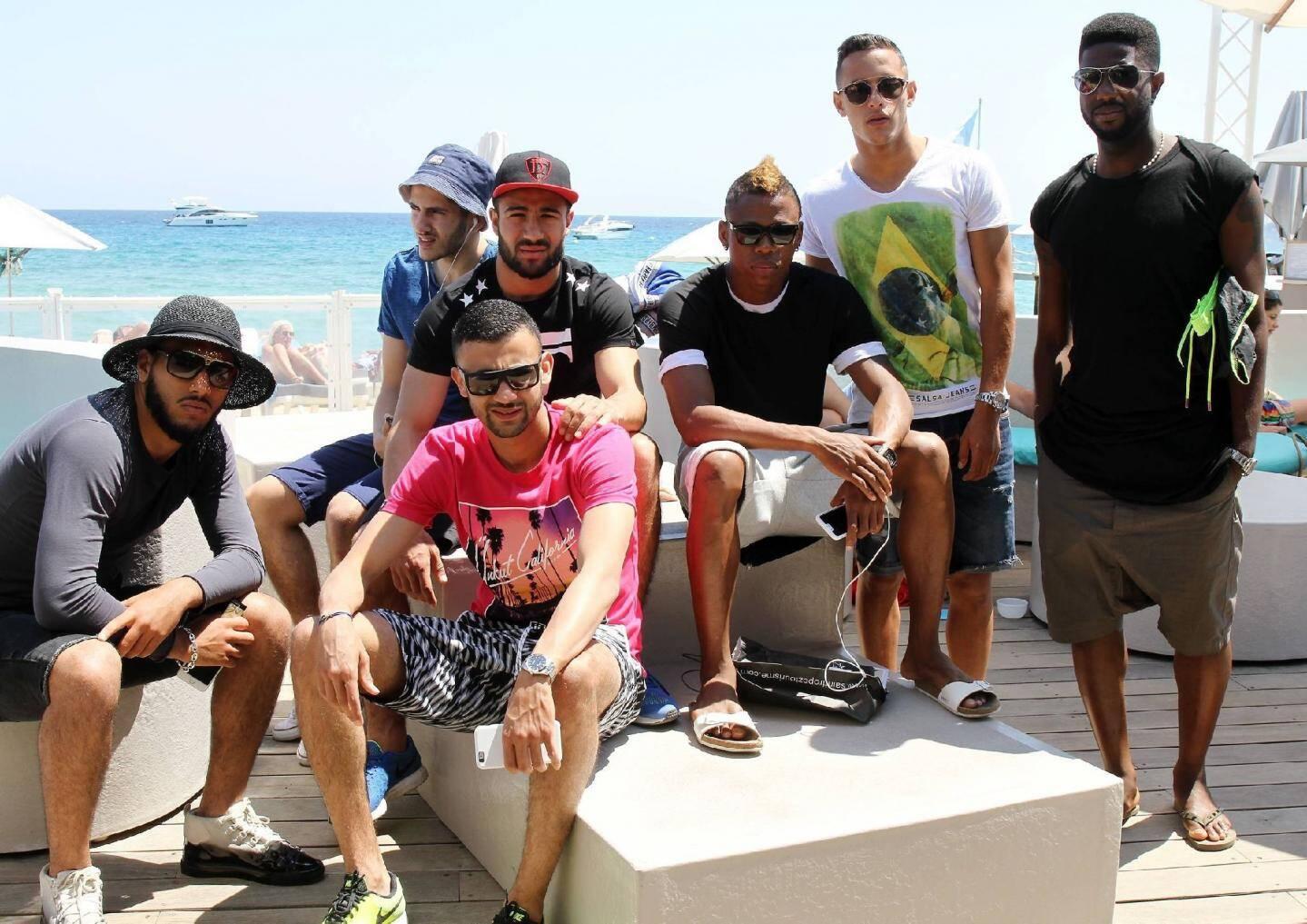 Un nouveau groupe à la mode ? Non, mais le «crew» lyonnais en place à Pampelonne : Farhès Bahlouli, Yassine Benzia, Rachid Ghezzal, Nabil Fekir, Clinton Njie, Mehdi Zeffane et Arnold Mvuemba.