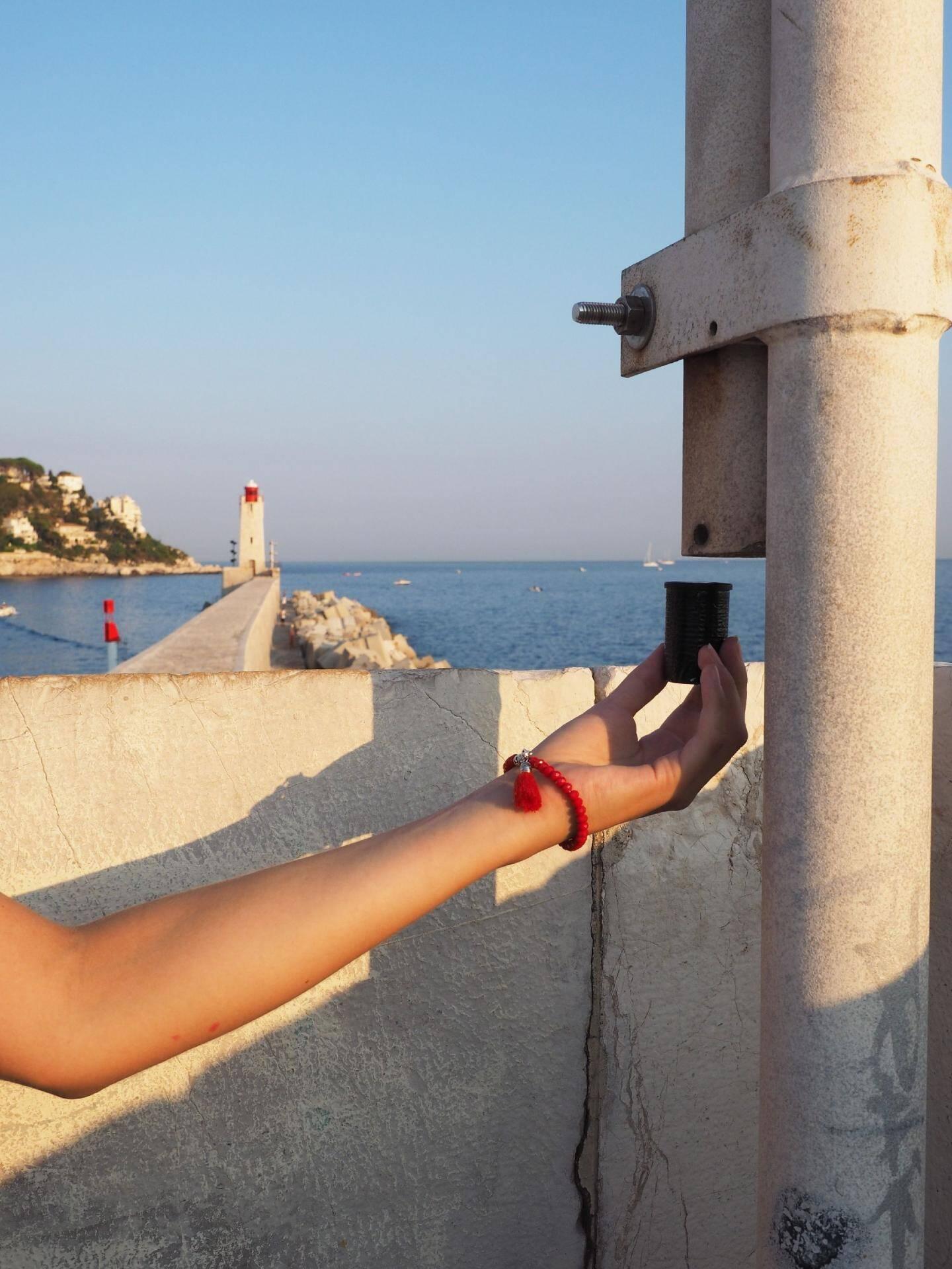 Cache secrète sur le port de Nice. À l'intérieur de ce boîtier de pellicule photo, un petit carnet pour attester de sa découverte.