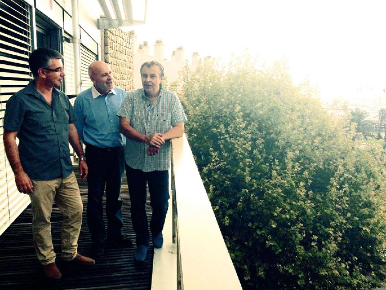 Patrice Vecchi, directeur général des services, et Thierry Dazin, directeur de cabinet, évoquent l'avenir du front de mer avec Philippe Leonelli, le maire (à droite).