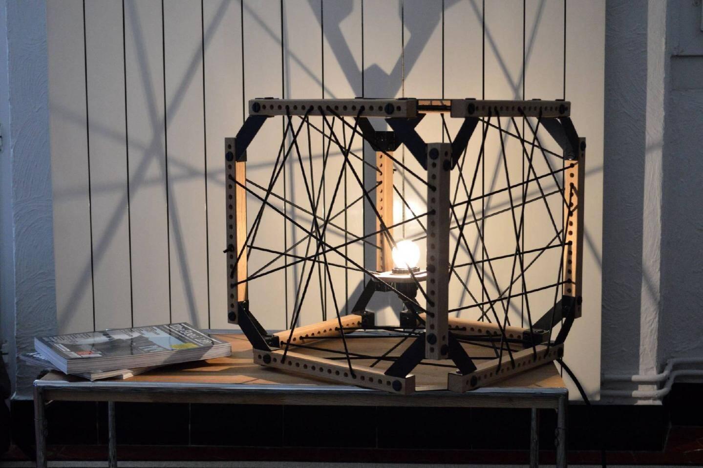 « Hexa », c'est le nom de cette lampe dont les fils sont à tisser soi-même.