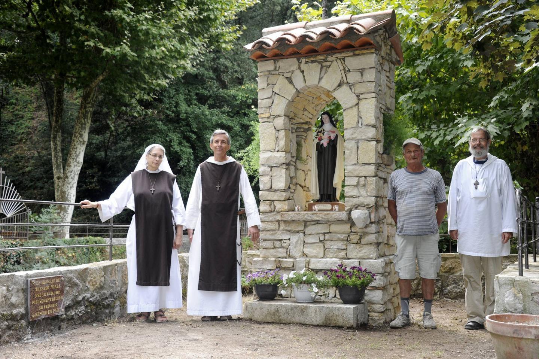 L'édifice rend hommage à la sainte Thérèse et à l'épouse décédée de Marcel Viale.