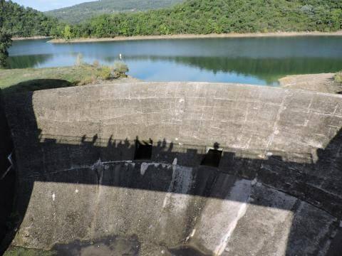 Le barrage de Saint-Cassien, dans le massif du Tenneron.