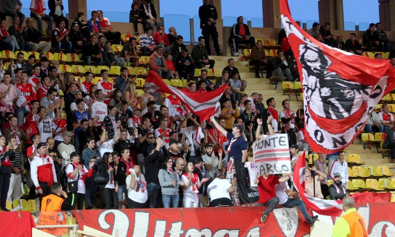 Des supporters, rassemblés derrière une bannière « Ultras Monaco » et les Anglais ont animé le match.