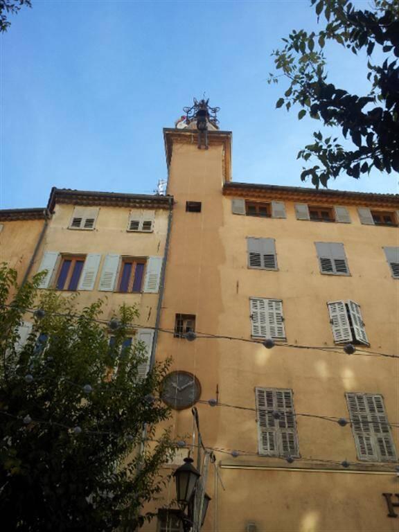 Des travaux aériens étaient en cours lundi matin sur la place aux Aires à Grasse. La tour de l'horloge, patrimoine communal, est l'objet de soins.