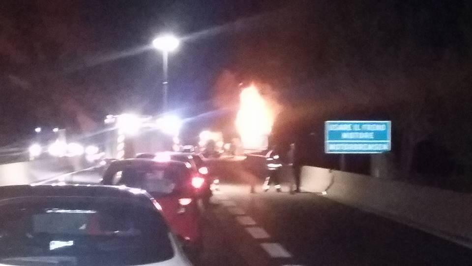 Camion en feu sur l'A8
