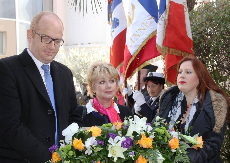 M. Brandinelli, Mmes Azemar-Morandini et Bartheme-Cayron déposant la gerbe.