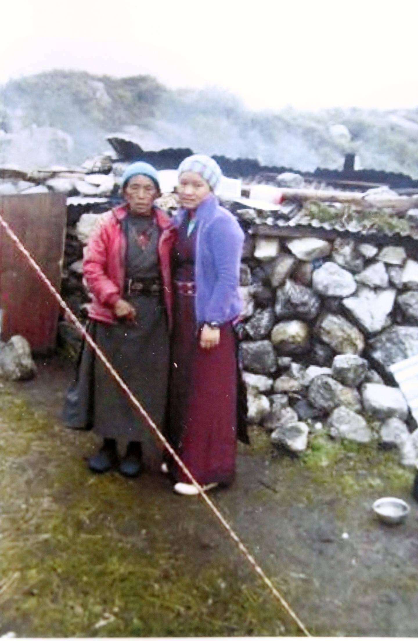 Gyalmo Chusang (à droite) était recherchée. Elle a perdu plusieurs membres de sa famille dont sa maman dans les avalanches et sa guesthouse. Elle fabrique des bijoux fantaisie que l'association a achetés à prix fort pour l'encourager.