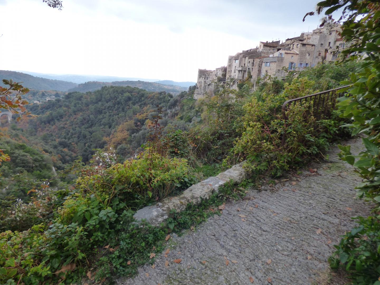 Le vallon du Cassan au fond duquel se trouve la propriété, en contrebas du village de Tourrettes-sur-Loup.