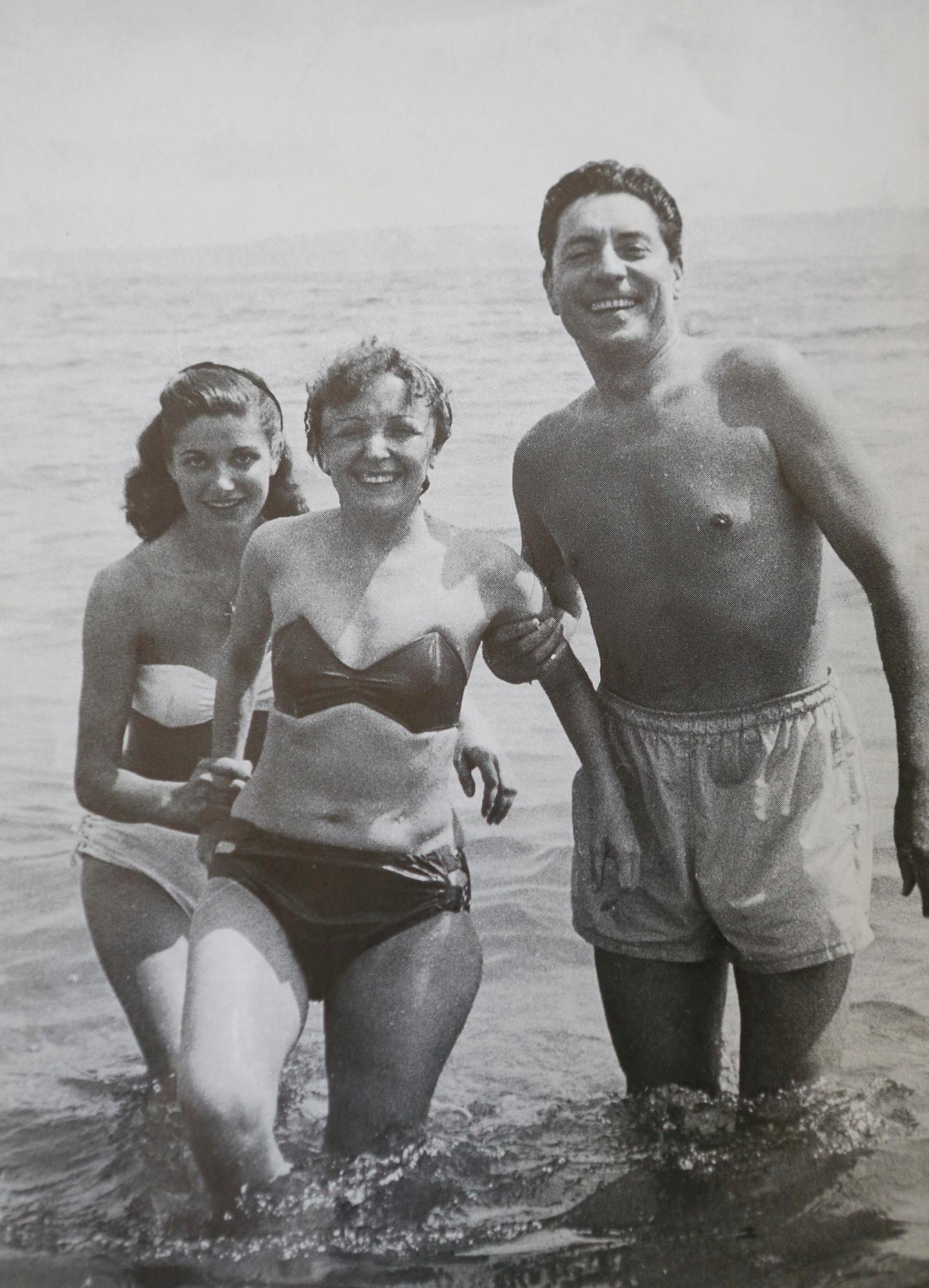 Ginou avec Édith et Jacques Pills, son premier mari, sur la plage du Majestic à Cannes.(DR)
