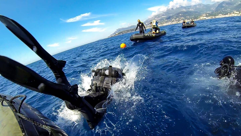 Durant plusieurs heures, les plongeurs démineurs vont tenter de remonter la mine à la surface. En vain…