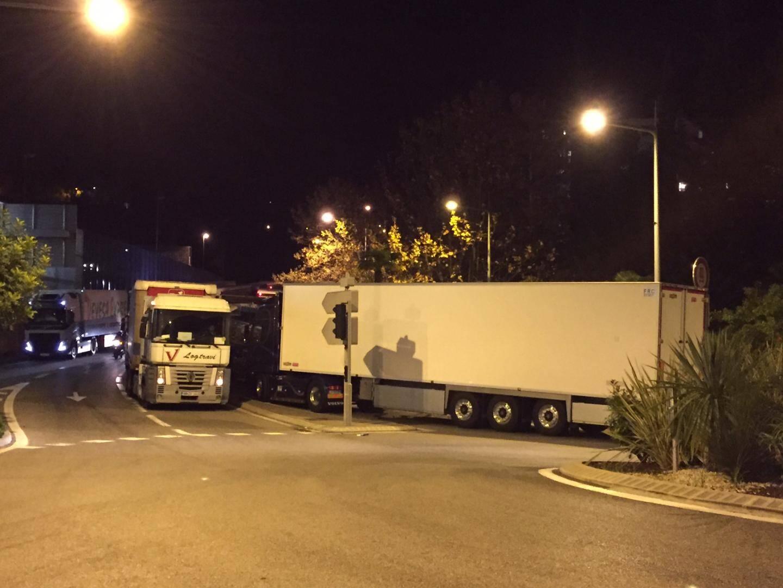 En bas de la bretelle de sortie Nice Nord, plusieurs camions stationnent sur la route, bloquant la sortie, pourtant obligatoire.