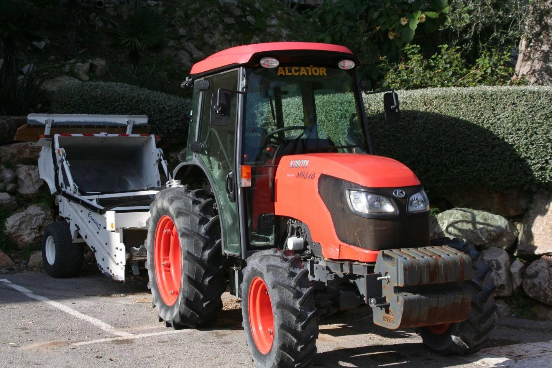 Le tracteur équipé d'une cribleuse permet d'éliminer les déchets.