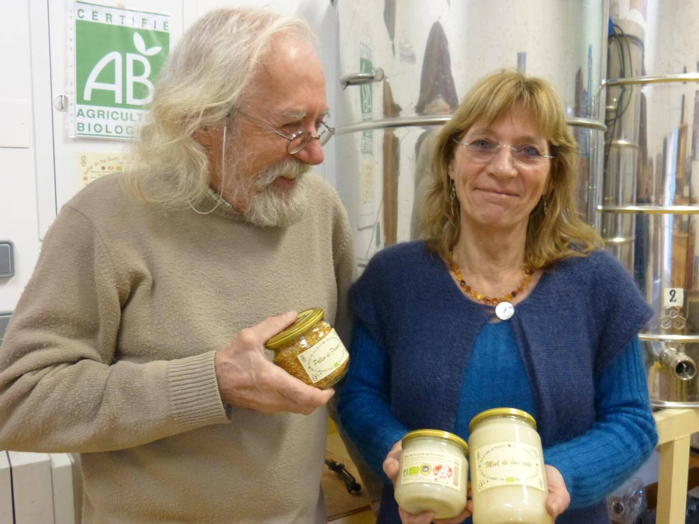 René et Isabelle Celse, dans leur miellerie de Vidauban.