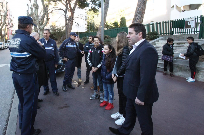 Stéphane Egéa (à droite) se rend chaque vendredi à l'école Capron.