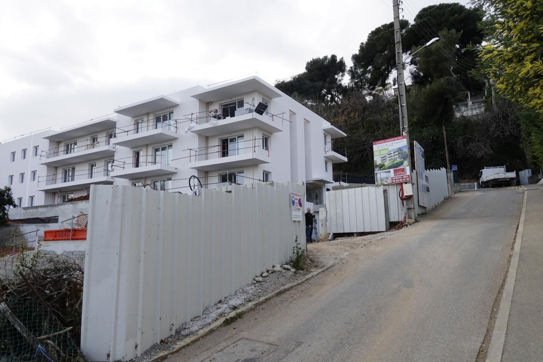La mairie réfléchit à autoriser les futurs résidents de cet immeuble de la montée des Grimonds à circuler de haut en bas à partir de leur sortie de parking.
