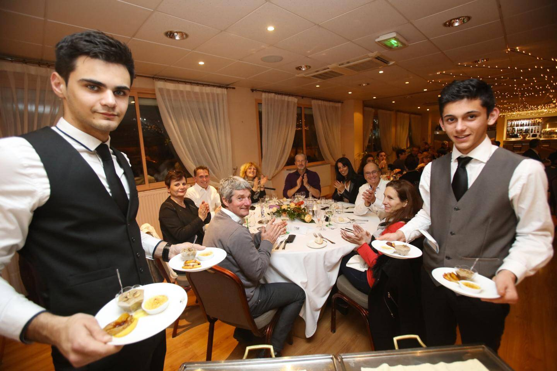 Vendredi soir, la soixantaine de convives ont applaudi le dîner de gala préparé et servi par les lycéens dirigés par d'anciens élèves devenus chefs qui ont revisité des recettes d'Escoffier.