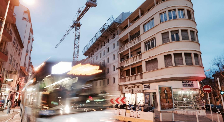L'ancien immeuble situé en face du Select Bar de Bon-Rencontre a été rasé pour faire place à un nouveau bâtiment. Mais le bus, lui, est toujours noyé dans la circulation.