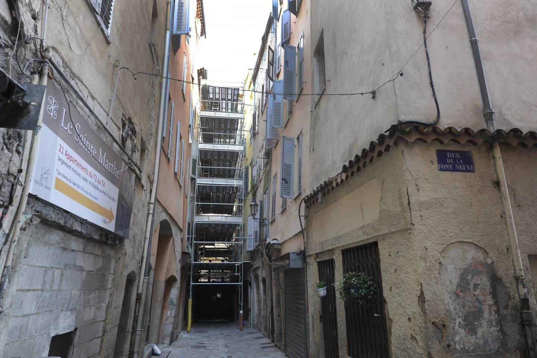 La bas de la rue Droite est toujours bloqué depuis le 7 novembre dernier, date de l'effondrement des immeubles numéros  47 et 49.