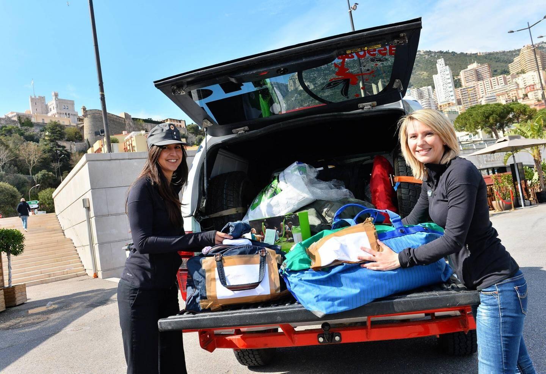 Le coffre est rempli de vêtements et jouets qu'elles distribueront sur place.