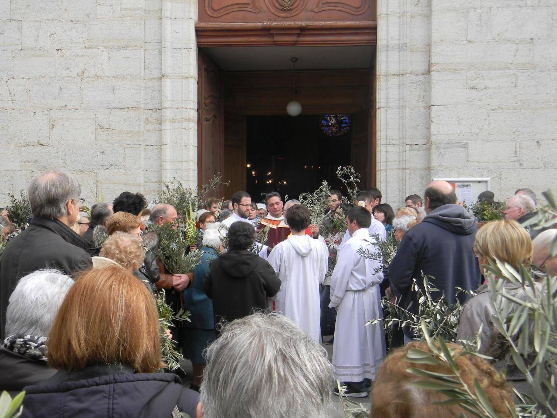 Le père Mathieu a béni les rameaux des paroissiens venus nombreux.