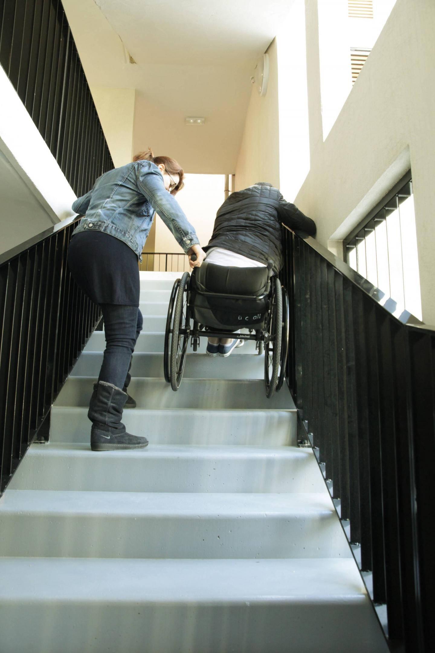 Lorsque l'ascenseur a été en panne, l'un des locataires, handicapé, a dû descendre les escaliers, à la force des bras.