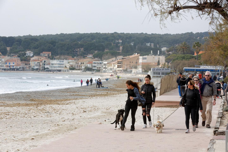 A Saint Cyr-Sur-Mer, le temps d'une balade pour profiter du grand air et des embruns.