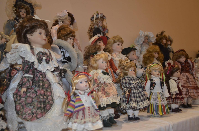 De nombreuses poupées anciennes étaient présentées.