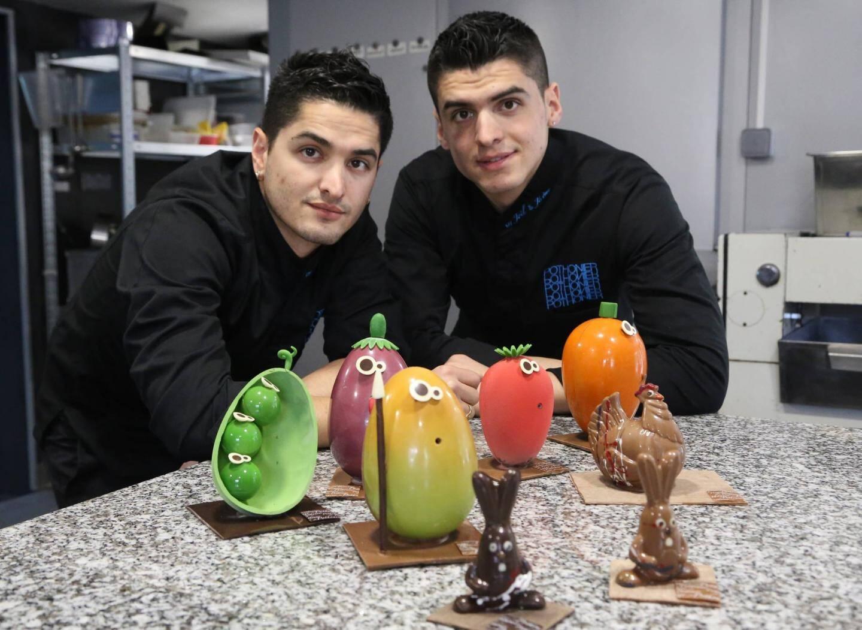 Joël et Jérôme Pothonier, pâtissier et chocolatier, et leurs dernières créations: carottes, haricots verts, fraises, mangue… En chocolat.