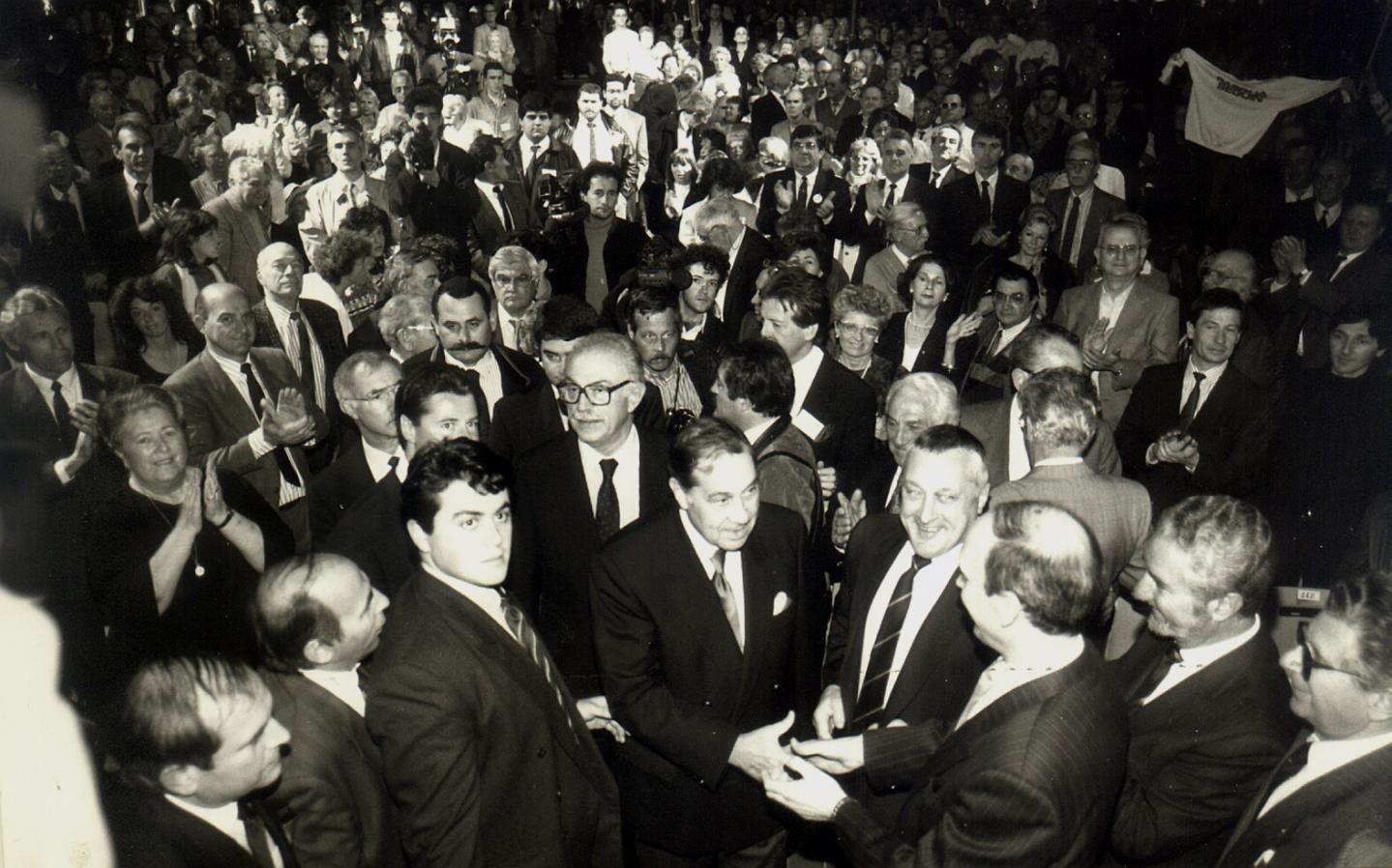 lors de la visite de l'ancien ministre de l'Intérieur, Charles Pasqua. On reconnaît, au premier rang, Olivier Bettati devant Christian Estrosi.