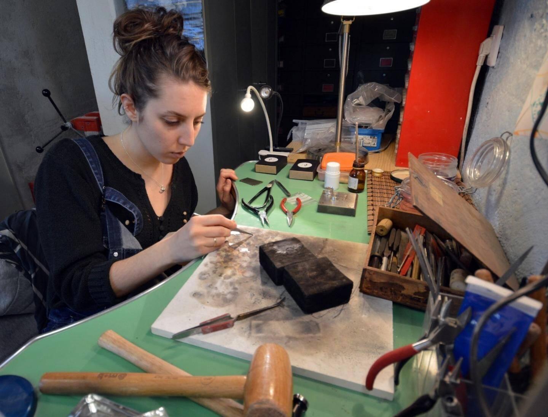 Fanny Paoli, créatrice de bijoux symboles à la cheville de son établi.
