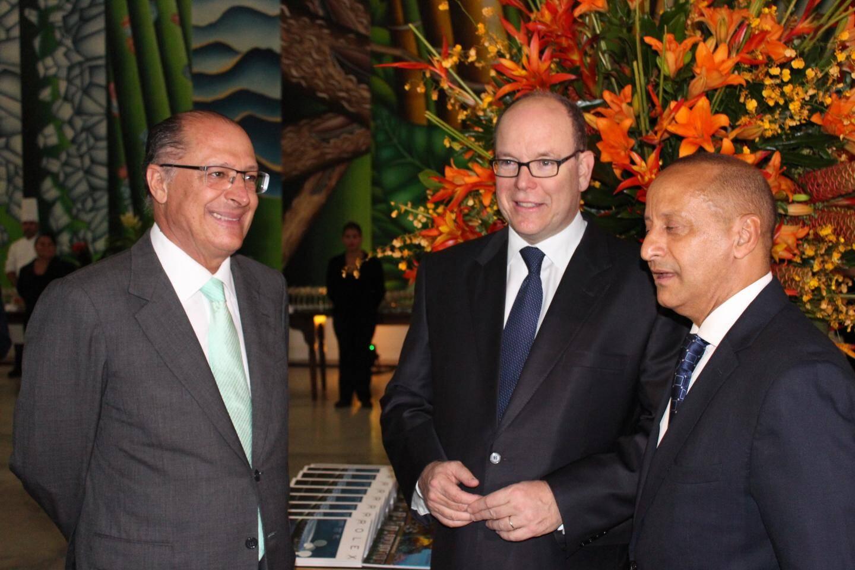 Le prince Albert II a été accueilli par le gouverneur de São Paulo, Geraldo Alckmin (à gauche) et le professeur Agostinho Turbian.