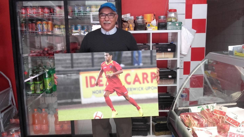 Mohammed El Bakhtaoui, fier de montrer hier le portrait de son fils dans la boucherie familiale de la rue Carnot.