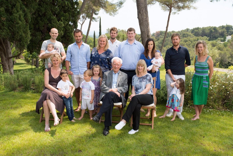 Photo de famille au printemps 2015, réunissant Martin Gray, ses cinq enfants et ses six petits-enfants à Biot.